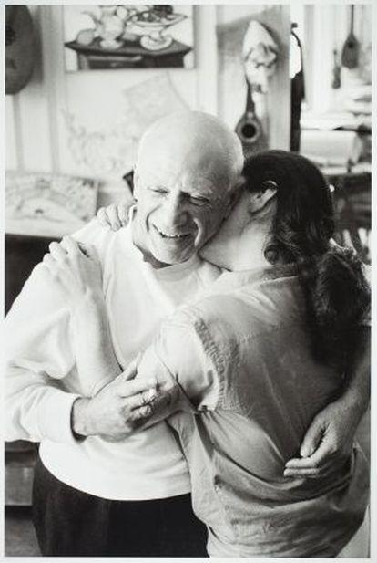 Picasso y Jacqueline abrazándose en La Californie.