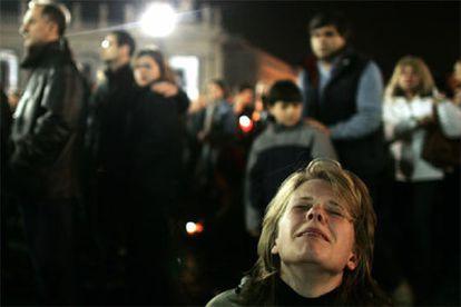 Una multitud conmovida y afectada reza en la Plaza de San Pedro por el alma de Juan Pablo II.