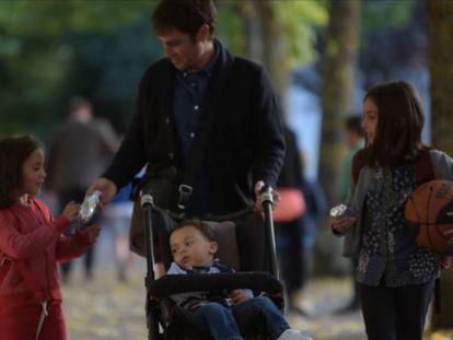 Una padre recoge a sus hijos del colegio en una escena del vídeo.