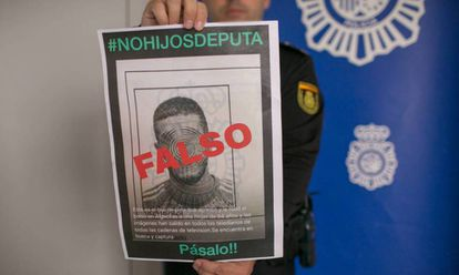 Un policía muestra un cartel que desmiente la culpabilidad de un hombre en un robo con agresión.