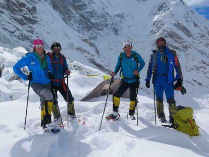 Tamara Lunger, Ali Sapdara, Simone Moro y Alex Txikon en el campo base del Nanga Parbat.
