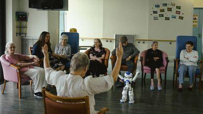 Un grupo de personas mayores del hospital de Jouarre, durante una actividad con Zora.