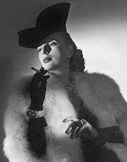 Tamara, piel, joyería, cigarro, del fotógrafo Joffé Monneret, de 1938.