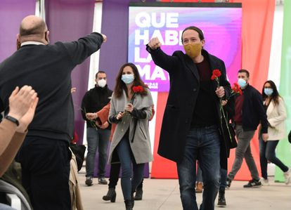 Pablo Iglesias e Ione Belarra llegan con claveles al acto celebrado este domingo en Collado Villalba.