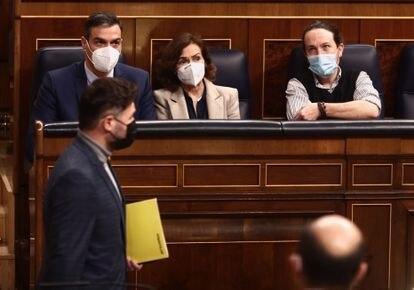 El portavoz de ERC en el Congreso, Gabriel Rufián, pasa por delante de Pedro Sánchez, Carmen Calvo y Pablo Iglesias durante el pleno del miércoles.