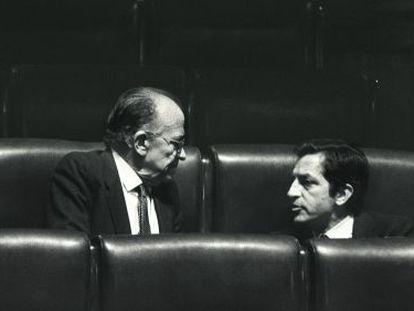 Santiago Carrillo (izquierda) charla con Adolfo Suárez en el Congreso de los Diputados en 1983.