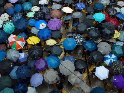 Manifestantes en la marcha de protesta en Hong Kong este domingo. En vídeo, la manifestación de este domingo.