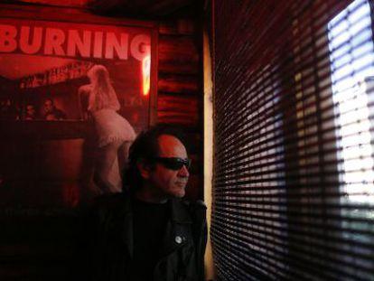 Johnny Cifuentes en su bar, el Cocodrilo, abierto desde hace 27 años.