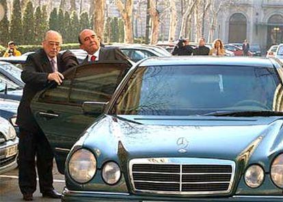 El presidente del SCH, Emilio Botín (entrando en el coche), a la salida de la Audiencia Nacional.
