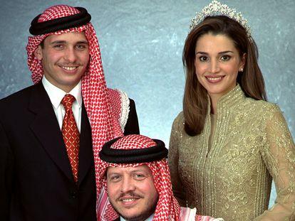 El rey Abdalá (sentado) entre su hermano Hamzah y su esposa, Rania, en febrero de 2000.