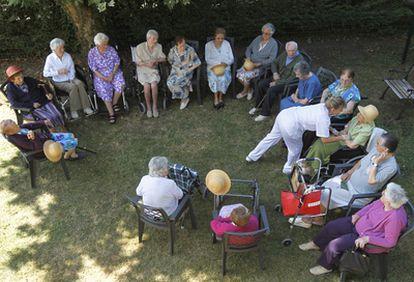 Un grupo de residentes descansa en los jardines de Torrezuri, en Gernika.