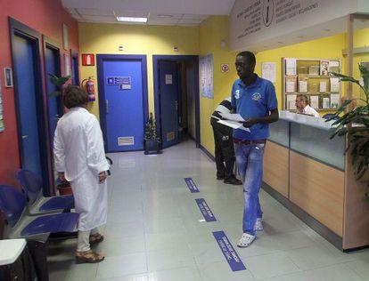 Un paciente realiza gestiones en un centro de salud de Bilbao