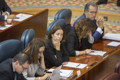 En el centro, Elena González-Moñux. A la derecha, con los dedos cruzados, el portavoz Enrique Ossorio.