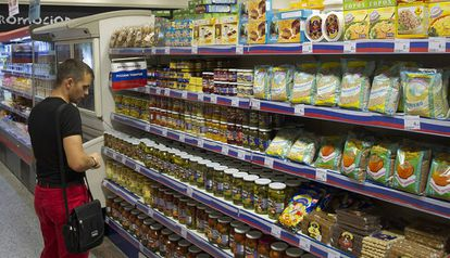 Un cliente en el supermercado de El Corte Inglés de Marbella