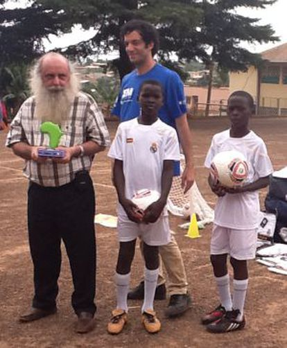 El padre Natalino con dos jóvenes equipados con uniformes del Real Madrid enviados por la fundación del club.