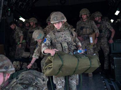 Soldados británicos aterrizan el pasado domingo en Kabul para llevar a cabo las labores de repatriación.