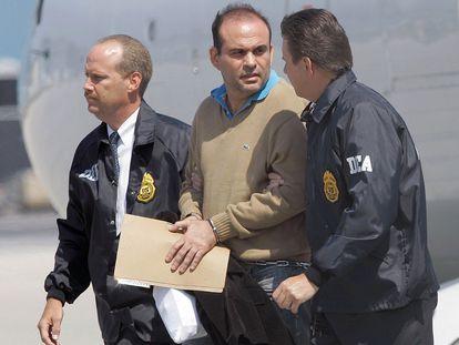 Salvatore Mancuso es escoltado por agentes de la DEA a su llegada a Florida.