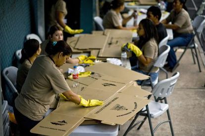 Un grupo de mujeres prepara el material electoral en Tegucigalpa.