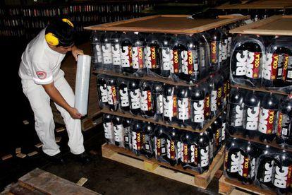 Un empleado de Ajegroup asegura un palé de botellas de Big Cola