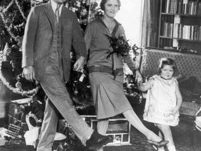 Frances Scott Fitzgerald, de la mano de sus padres, Zelda y Francis Scott Fitzgerald.