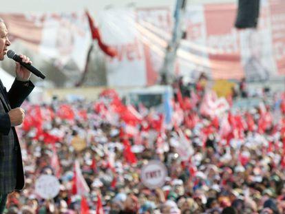 El presidente turco Recep Tayyip Erdogan pide a sus seguidores voten sí en el referendum durante el mitin celebrado este sábado en Estambul.