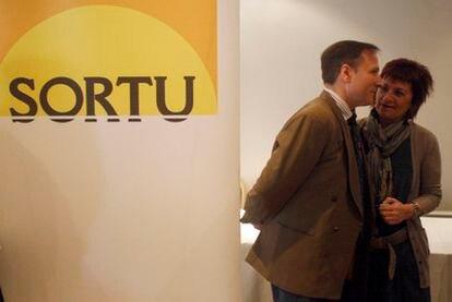 Iñaki Zabaleta Urkiola charla con una de las portavoces de Sortu en la presentación del nombre del nuevo partido de Batasuna.