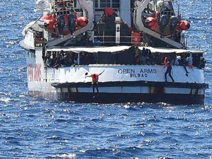 El barco de la ONG con un centenar migrantes permanecen frente a la isla italiana de Lampedusa, a 800 metros