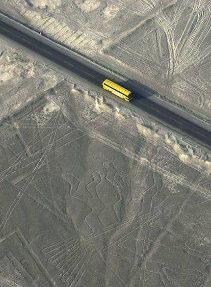 Un autobús recorre la carretera Panamericana que cruza las Líneas de Nazca, en Perú.