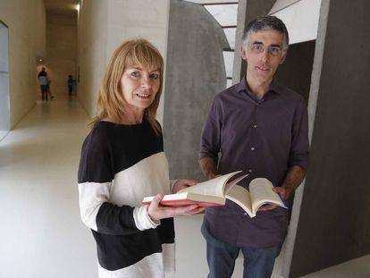 La exetarra Carmen Gisasola y el periodista Humberto Unzueta, durante la presentación de un libro sobre la 'vía Nanclares', este viernes en San Sebastián.
