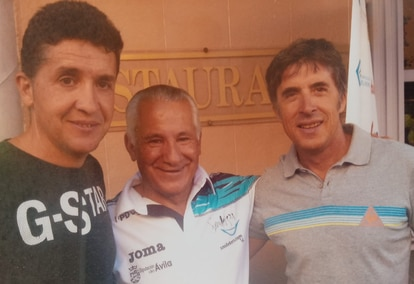 Carlos Sastre y su padre, Víctor, junto a Perico Delgado en una foto cedida por el ganador del Tour en 2008.