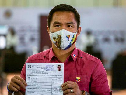 Manny Pacquiao posa en Manila, Filipinas, con el certificado que le acredita como candidato presidencial del país, el 1 de octubre de 2021.