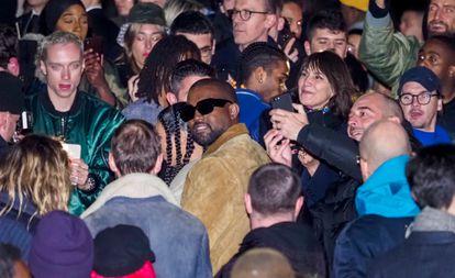 Kanye West, rodeado de admiradores tras el desfile de su marca Yeezy durante la Paris Fashion Week de 2020, celebrada en marzo de 2020 justo antes de que el mundo se detuviese.