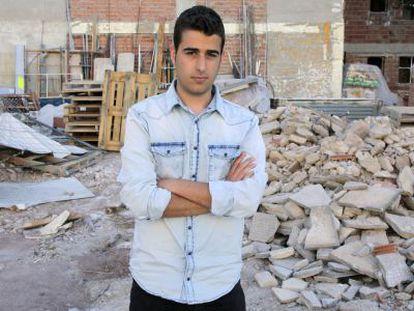 El estudiante Alejandro Palacios, ayer ante un edificio derruido tras el terremoto en Lorca.