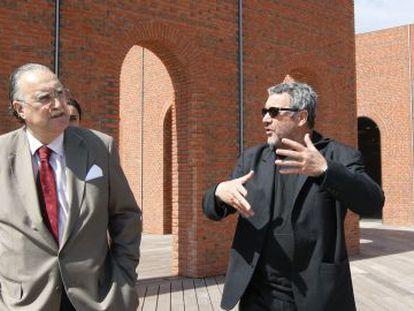 Iñaki Azkuna escucha a Philippe Starck en la terraza de la Alhóndiga de Bilbao, en la inauguración de 2010.