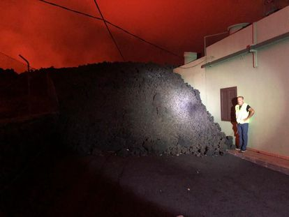 Carlos Rodríguez, vecino de El Paraíso, con la lava a escasos metros de la vivienda familiar.