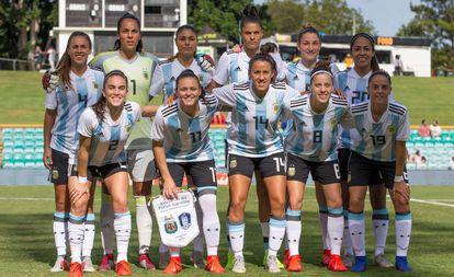 La selección argentina de fútbol femenino, antes de iniciar un partido.