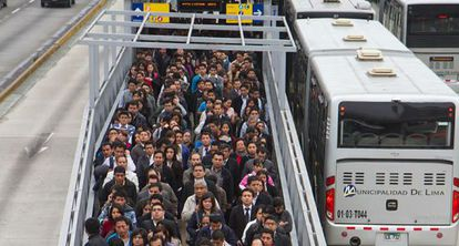 Usuarios hacen fila para usar el Metropolitano de Lima.
