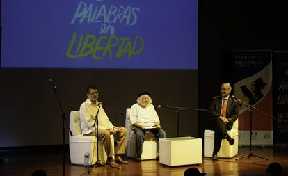 El escritor Sergio Ramírez (der.) en una edición de Centroamérica Cuenta dedicada al poeta y sacerdote Ernesto Cardenal (al centro).