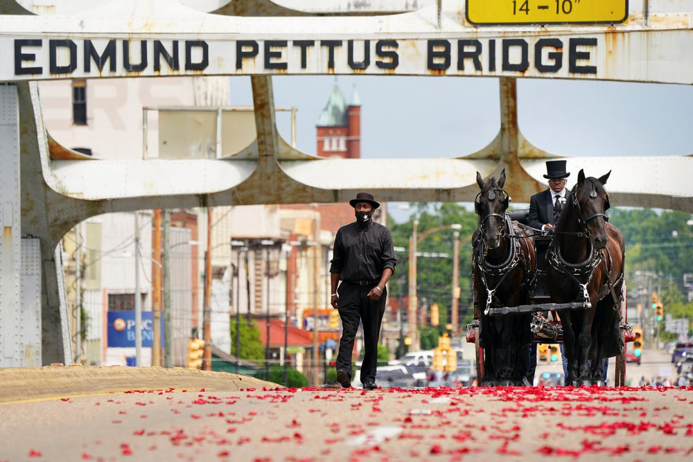 El congresista John Lewis cruza por última vez el puente en el que luchó por los derechos civiles