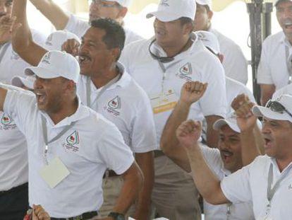Trabajadores de Pemex vitoreando durante la celebración de la expropiación petrolera