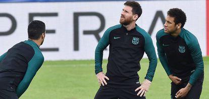 Messi, Suárez y Neymar, en el entrenamiento del lunes.