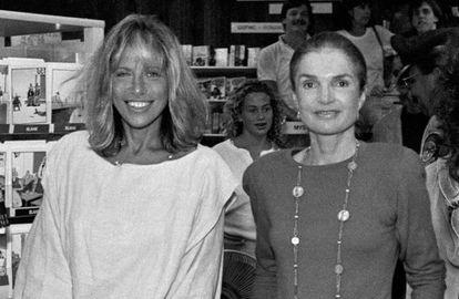 Carly Simon y Jackie Onassis, en una librería de Martha's Vineyard, Massachusetts, en 1989.