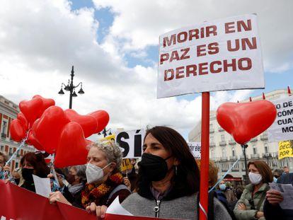 Miembros de la asociación Derecho a Morir Dignamente se concentran en la Puerta del Sol a favor de la aprobación de la ley de eutanasia, el pasado marzo de 2021.