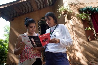 Una voluntaria de la Fundación Mundo Sano explica casa por casa los síntomas del dengue y qué fórmulas hay para prevenirlo.