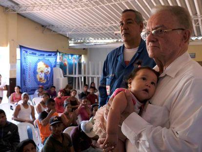 Eduardo Stein en una visita a un centro de atención a migrantes venezolanos en Cúcuta, Colombia, en octubre de 2018.
