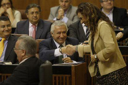 María Jesús Montero, consejera de Salud andaluza, saluda a Javier Arenas (PP).