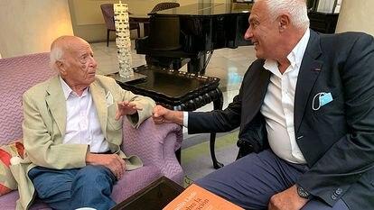 Emilio Lledó (izquierda) y Nuccio Ordine conversando para EL PAÍS en un hotel de Madrid la semana pasada.
