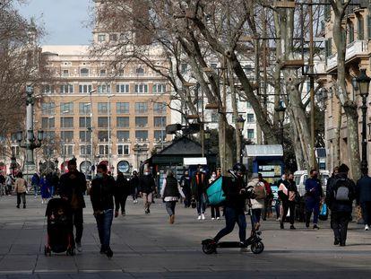 Un repartidor a domicilio, en febrero, en Barcelona.