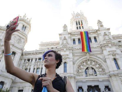 La fachada del Ayuntamiento de Madrid luce la bandera del orgullo gay.