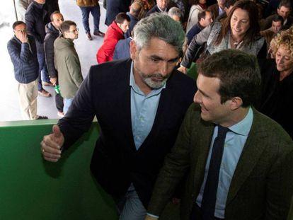 El presidente del PP, Pablo Casado (d), acompañado del cabeza de lista del PP al Congreso por Huelva; Juan José Cortés, padre de Mari Luz.